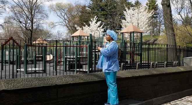 Enfermeira no Central Park, que recebe um hospital de campanha em Nova York