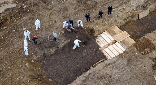 Em Nova York, muitas das vítimas do coronavírus passaram a ser enterradas em valas comuns