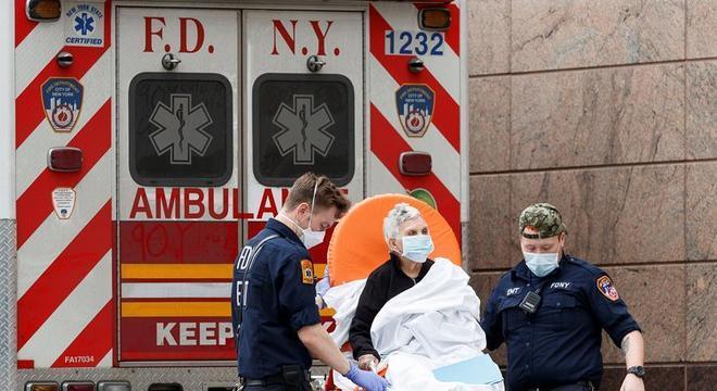 Paciente com covid-19 é transportado para um hospital de Nova York