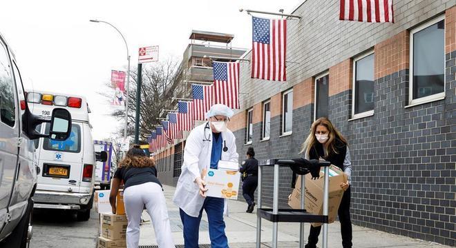Funcionários de hospital de Nova York carregam suprimentos hospitalares
