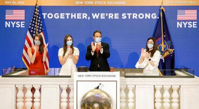 Andrew Cuomo (c) abriu o primeiro pregão presencial em Wall Street em meses