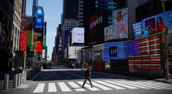 A Times Square, em Nova York, segue esvaziada por conta da pandemia