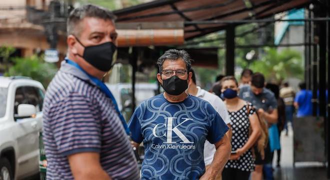 Paraguaios aguardam em fila perto de uma loja na capital, Assunção