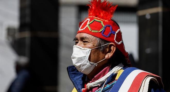 Indígena que trabalha como vendedor ambulante em Ciudad del Este usa máscara