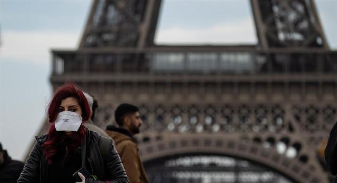 Pessoas usam máscara para circular em Paris, na França