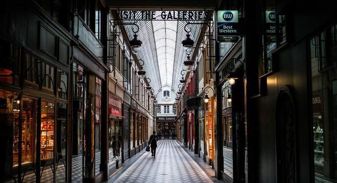 Galerias vazias em Paris serão uma visão comum a partir desta terça