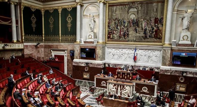 Parlamentares debatem medidas de contenção à pandemia na França
