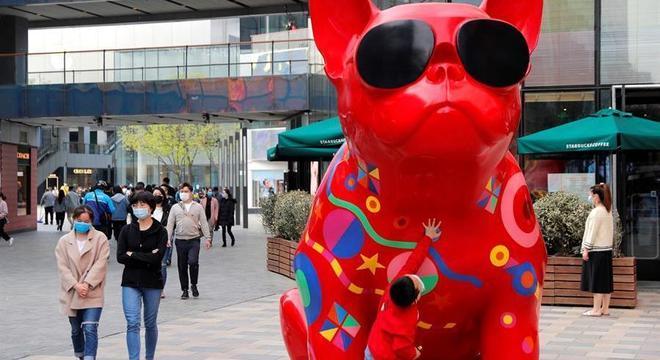 Pequim tem movimento normal nas ruas, lotadas de pessoas usando máscaras