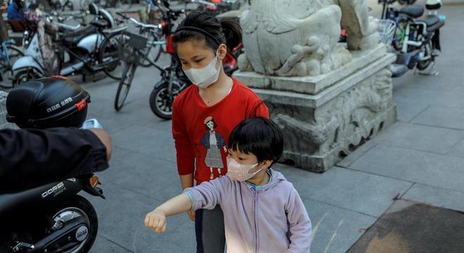 Crianças usam máscara para se proteger do coronavírus em Pequim