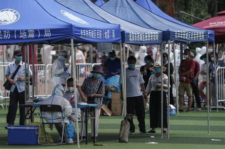 Pequim faz testes em massa para conter surto de covid-19