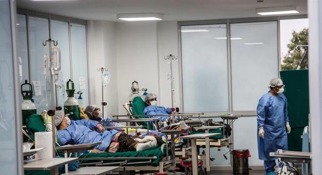 Pacientes com covid-19 atendidos em hospital de campanha montado em Lima