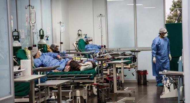 Pacientes com covid-19 são atendidos na Vila Panamericana de Lima