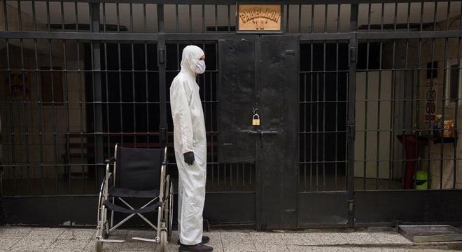 Com traje de biossegurança, detentos controlam quem entra nos pavilhõess