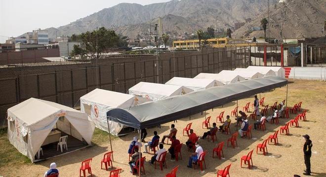 Campo de futebol da prisão foi convertido em centro de saúde para exames