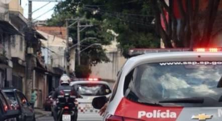 Durante perseguição, os suspeitos abandonaram o veículo e tentaram fugir a pé