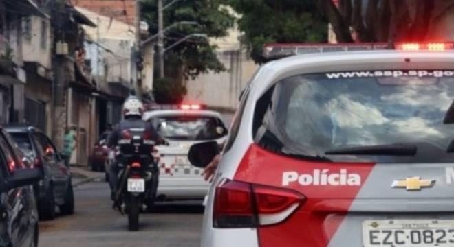 PM estava no carro quando quatro suspeitos em duas motos teriam anunciado um assalto