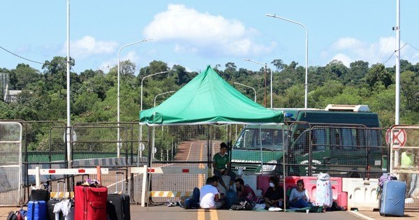 Argentines are stuck in bridge, unable to return to their country