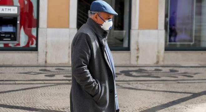 Idoso com máscara no centro de Lisboa, Portugal, em tempos de quarentena