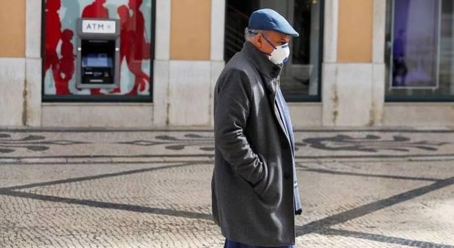 Idoso com máscara no centro de Lisboa, Portugal