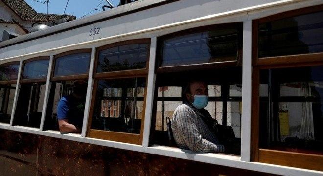 Passageiros usam máscaras em bonde na capital portuguesa
