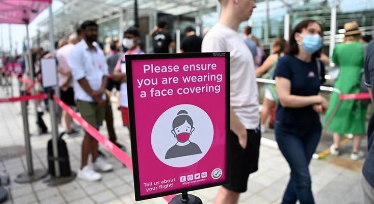 Alguns locais públicos ainda exigem uso de máscaras no Reino Unido