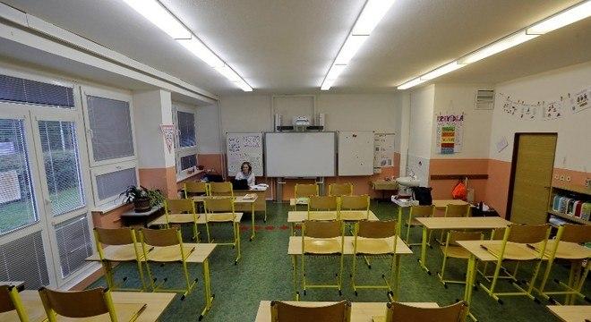 Professora dá aula virtual em escola fechada em Praga, capital da República Tcheca