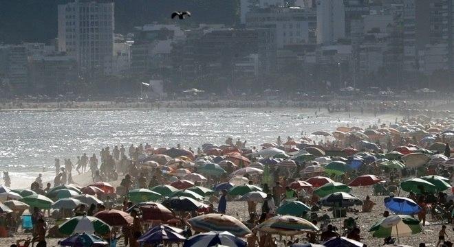 Praias do Rio têm dia de movimento intenso mesmo com recomendação