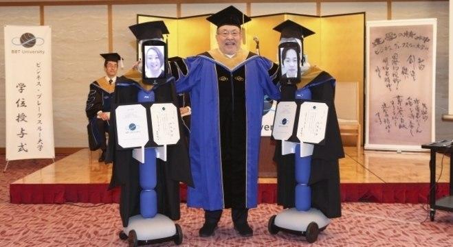 Robôs de telepresença do tipo 'Newme' ajudaram estudantes japoneses a receber seus diplomas