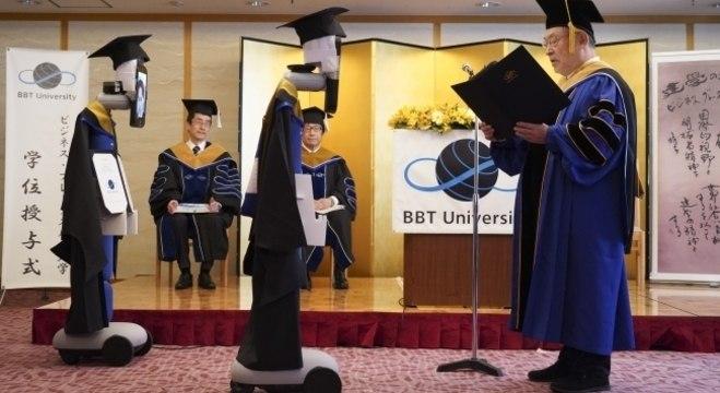 Os graduandos foram representados pelos robôs e puderam controlar os avatares à distância