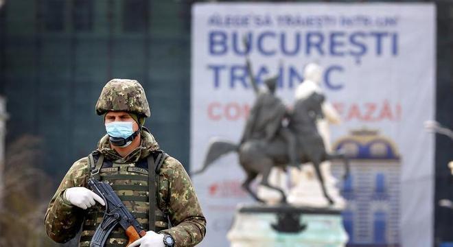 Militar patrulha ruas de Bucareste, na Romênia, em quarentena pelo coronavírus