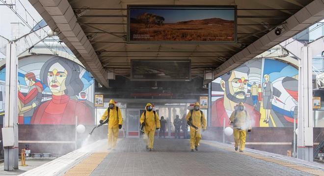 Funcionários desinfectam estação do metrô de Moscou