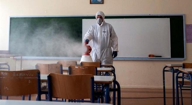 Sala de aula vazia é desinfetada na Grécia por conta do coronavírus