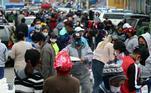 Aglomeração de pessoas no centro de Santa Cruz de la Sierra, Bolívia, no primeiro dia de flexibilização da quarentena na cidade