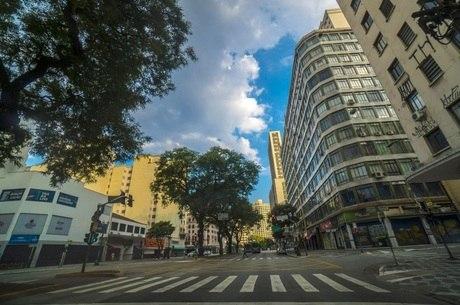 Rua sem movimento por conta da quarentena em São Paulo