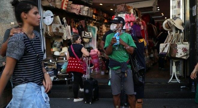 Uso de máscara e álcool gel são principais formas de prevenção contra o vírus