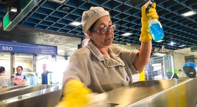 Funcionária faz higienização do metrô em SP para evitar disseminação do coronavírus