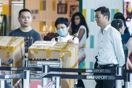 Passageiros desembarcam em SP de voo vindo da China