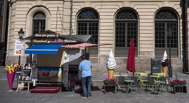 Banca de sorvetes fechada no centro de Estocolmo durante a pandemia de covid-19