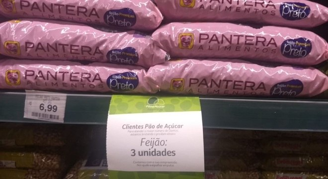 Cartaz sobre limite de produtos no Pão de Açúcar, em Pinheiros, zona oeste de SP