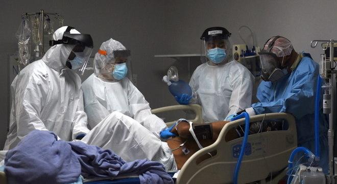 Equipe médica atende paciente com covid-19 em hospital de Houston, Texas