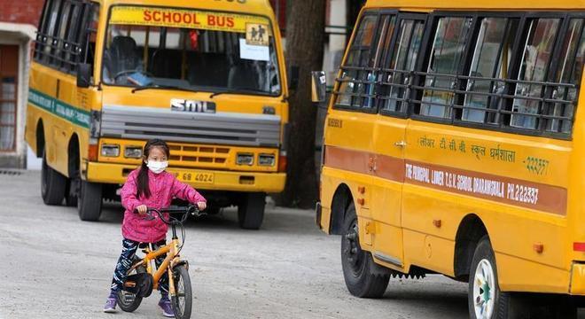 Ônibus escolares vazios no Tibet: 13 países decretaram suspensão de aulas