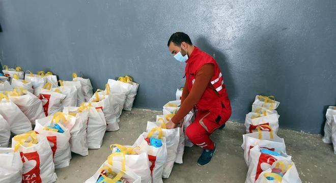 Instituição distribui suprimentos para centenas de famílias na Tunísia