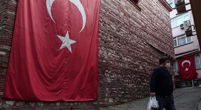 Homem caminha pelas ruas de Istambul, cidade que ficará fechada por 4 dias