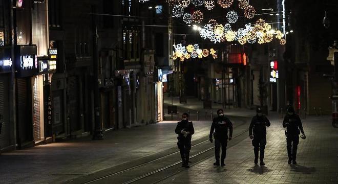 Policiais patrulham rua deserta de Istambul durante toque de recolher no domingo