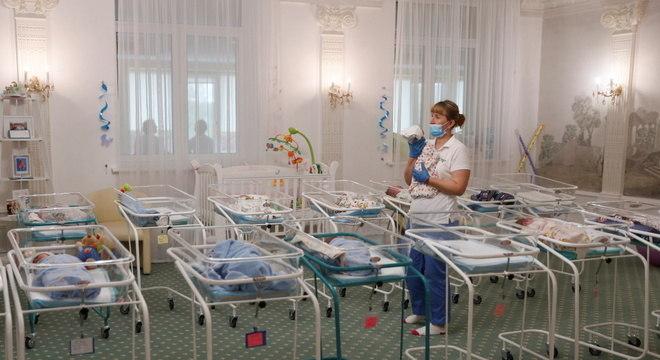 Berçário na Ucrânia lotado de bebês de pais de outros países nascidos de barriga de aluguel