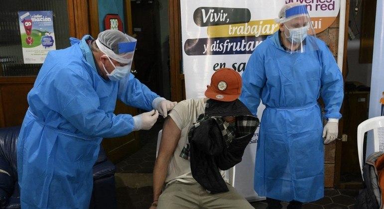 O  Uruguai já vacinou metade de sua população adulta contra a covid-19