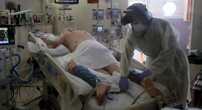Enfermeira atende paciente em UTI de hospital na Califórnia, EUA