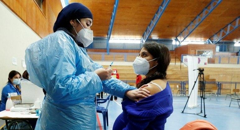 Ritmo da vacinação caiu no Chile após a imunização dos idosos