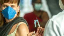 Brasil é o 66º que mais vacina em proporção e o 4º em números totais