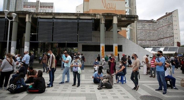 Venezuelanos passaram horas em filas para tomar imunizante contra a covid